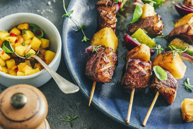 Brochettes de magret de canard à l'ananas, salsa de mangue