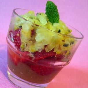 granité passion sur lit de fraises et rhubarbe