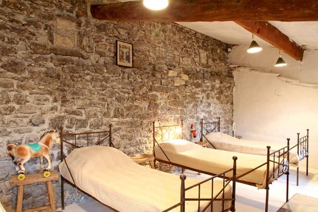 Le dortoir au mur de pierres