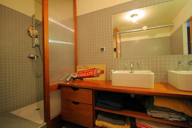 Un plan vasque avec rangements intégrés
