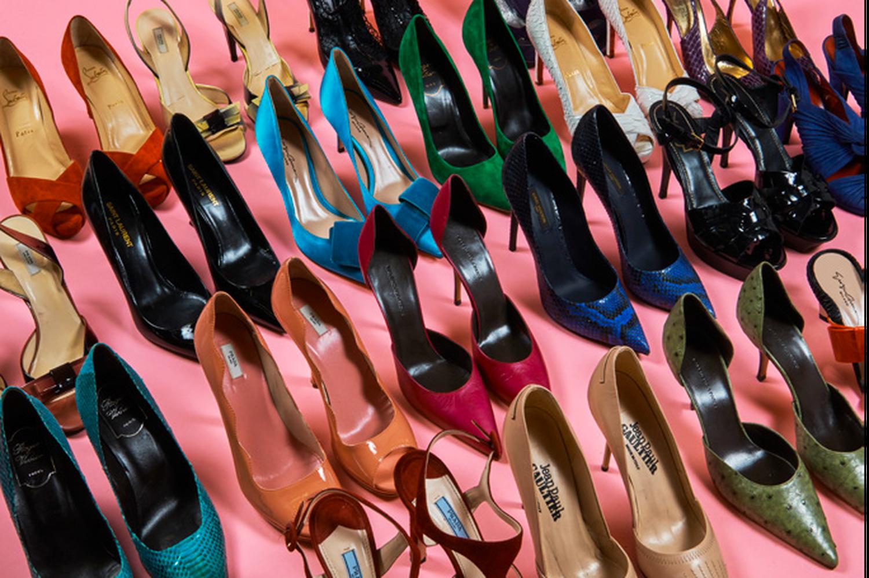 Catherine Deneuve vend ses souliers pour les Restos du Cœur