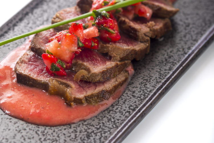 Tataki de bœuf aux fraises