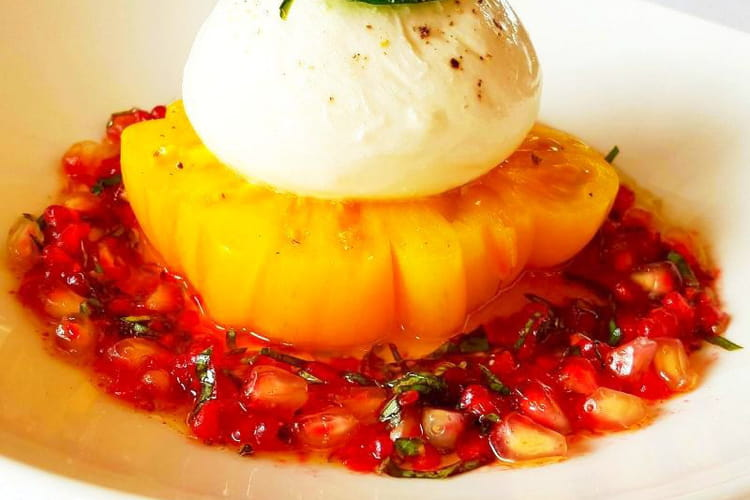 Burratina des pouilles, tomate ananas et pesto rouge grenade