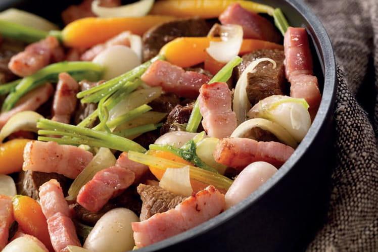 Cocotte de boeuf aux petits légumes et lardons