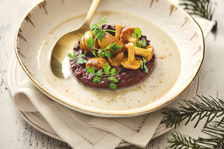 Velouté de marrons à la crème épaisse, boudin noir & pickles de girolles