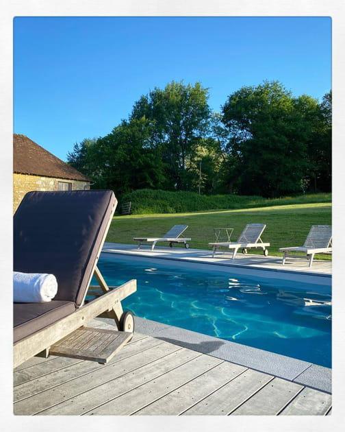 La piscine et le mobilier de jardin
