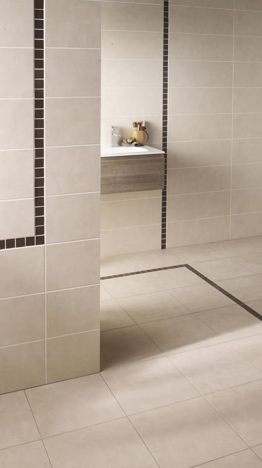 Le carrelage avec frise quel sol pour la salle de bains for Quel prix pour refaire une salle de bain