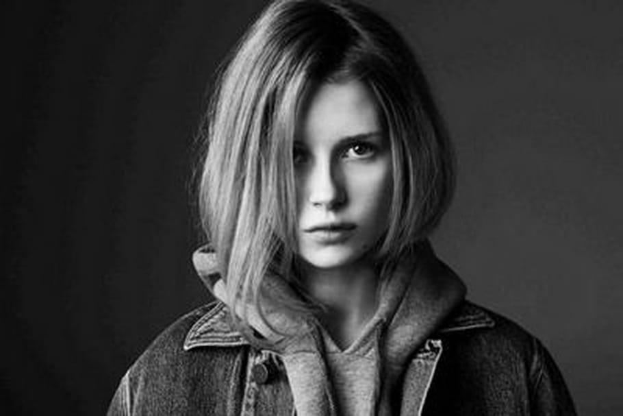 Lottie Moss pour Calvin Klein Jeans x Mytheresa : la relève est assurée