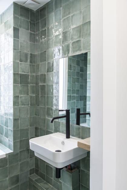 Après: une jolie salle de bains carrelée