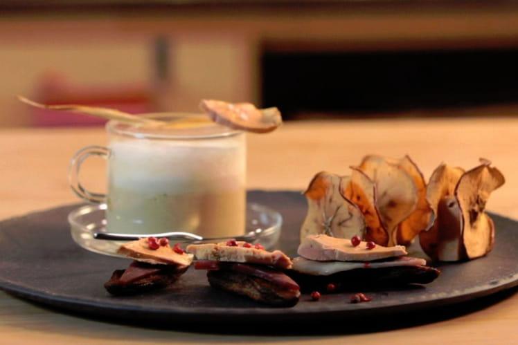 Cappucino de panais, chips de pomme fruit au foie gras, bouchées de bananes séchées au magret et foie gras