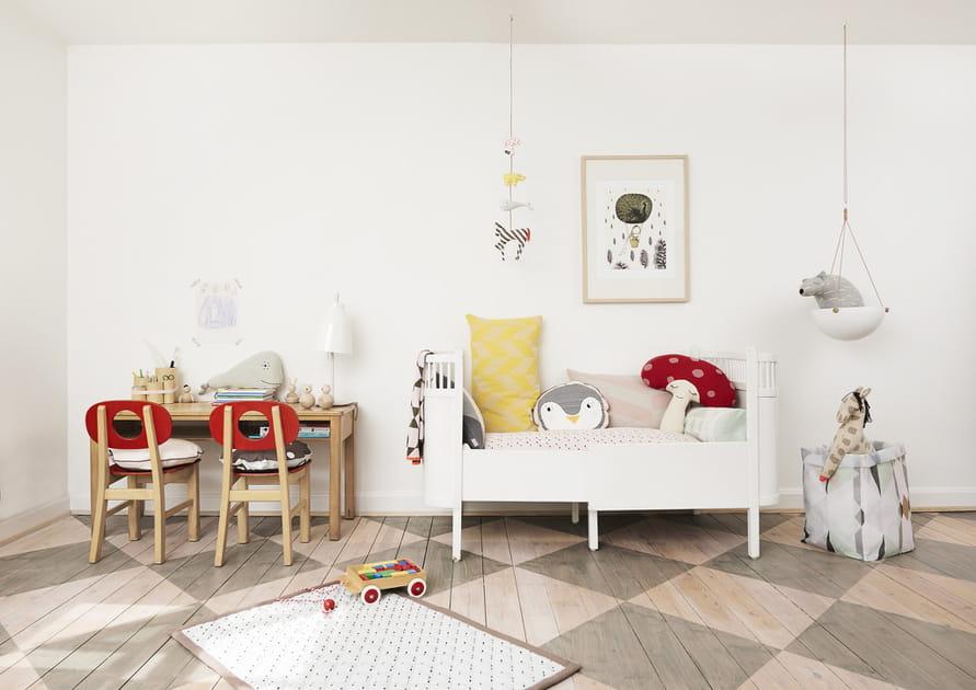 Sol à motifs et monochrome blanc dans la chambre d'enfant