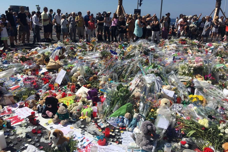 Attentat de Nice : la Promenade des Anglais recouverte de fleurs