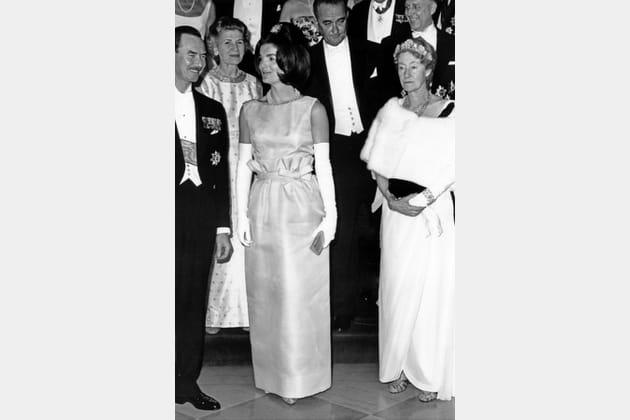 Jackie Kennedy en robe à nœuds