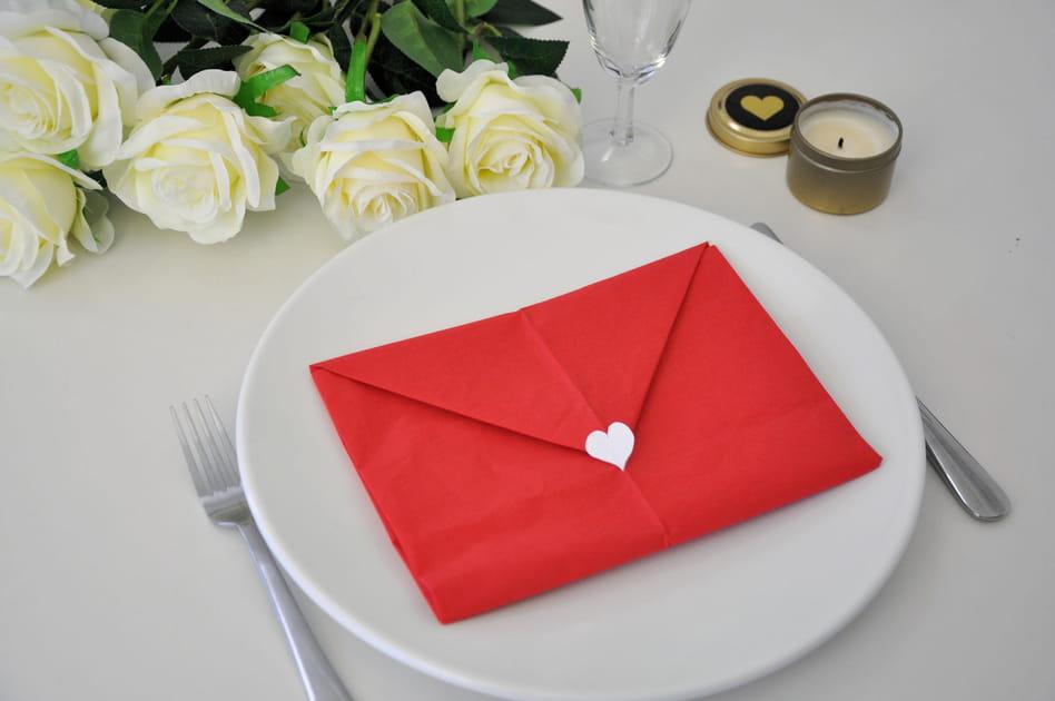 Saint-Valentin: un pliage de serviette enveloppe
