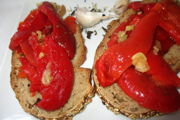 Recette de pain grillé garni de poivrons grillés à l'huile d'olive et à l'ail