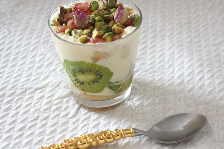 Tiramisu aux kiwis et grenades à l'eau de rose et aux pistaches