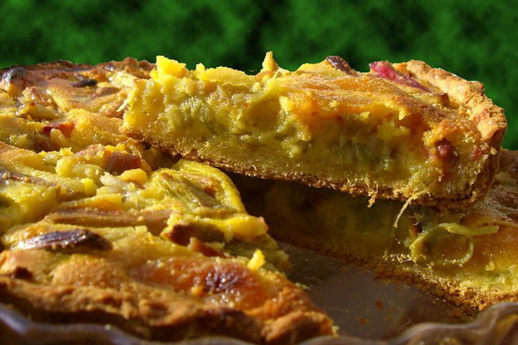 Tarte amandine à la rhubarbe et aux abricots secs