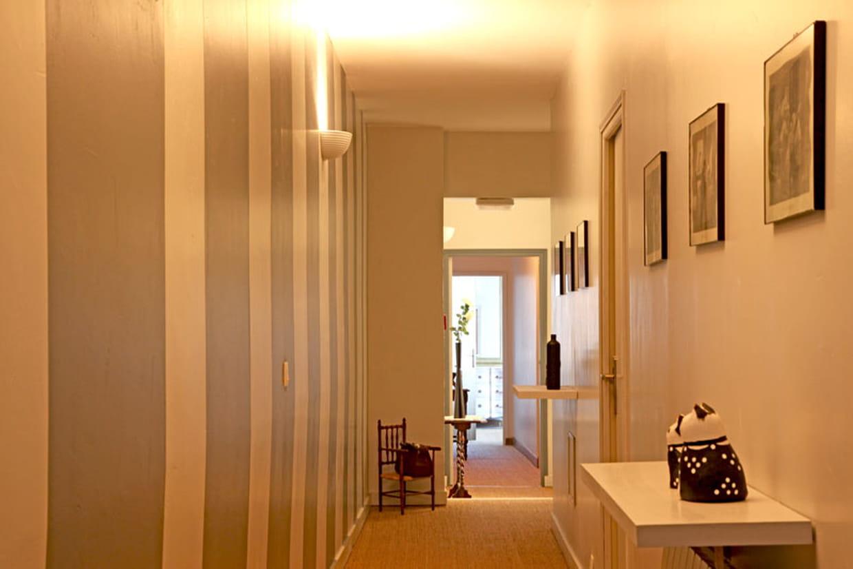 rayures dans le couloir. Black Bedroom Furniture Sets. Home Design Ideas