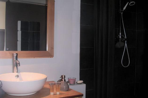 Une salle d 39 eau en noir et bois for Salle de bain noir et bois
