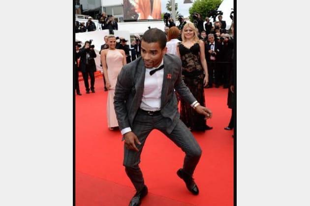 Brahim Zaibat fait une danse sur le tapis rouge