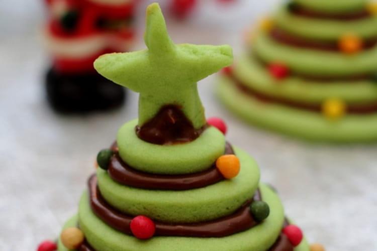 Petites pièces montées de biscuits façon sapin, à la pistache et chocolat