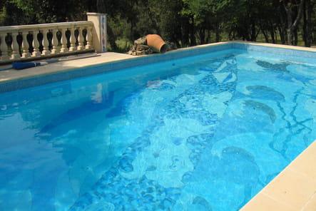 Une fresque au fond de la piscine