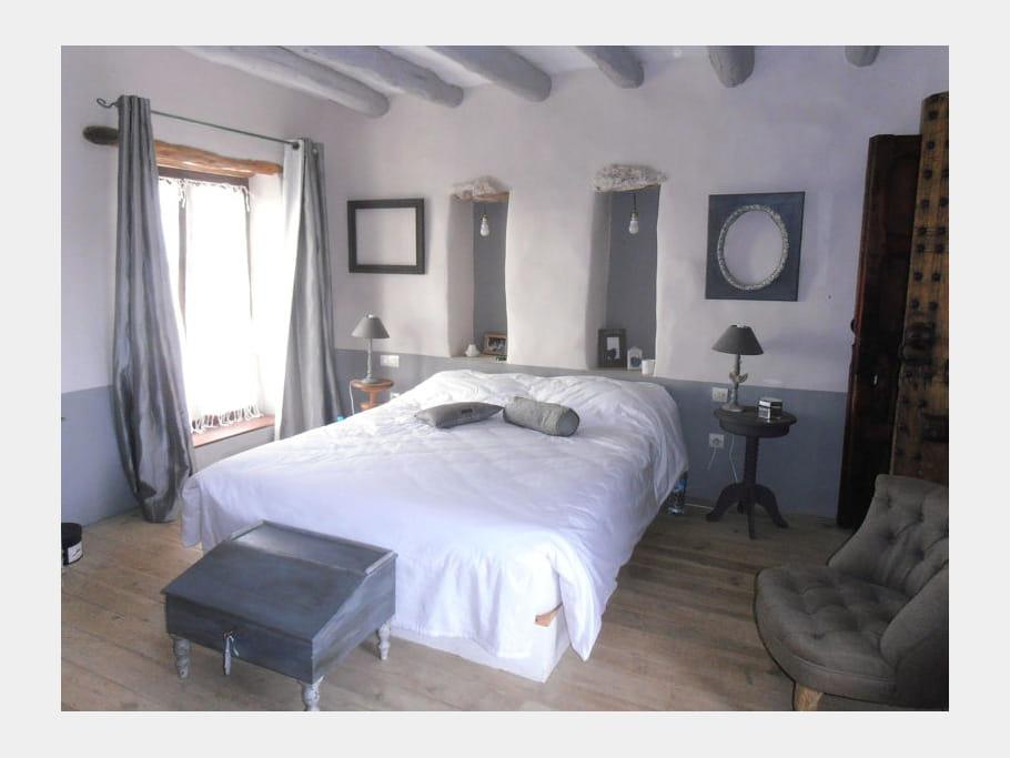 chambre grise maison entre charme et tradition au maroc journal des femmes. Black Bedroom Furniture Sets. Home Design Ideas