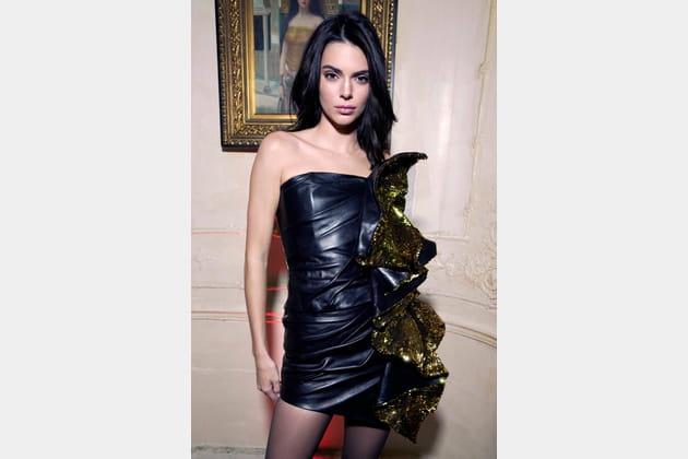 Kendall Jenner en robe en cuir et volants glitter