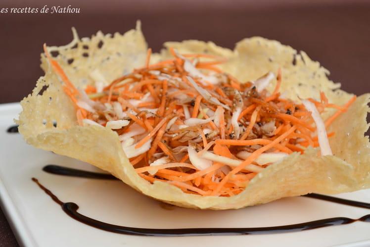 Salade de carottes et chou blanc en corolle de parmesan
