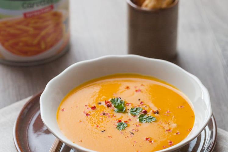 Soupe carottes et orange au cumin, feuilletés au sésame et cumin, baies roses