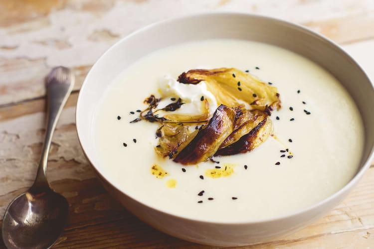 Soupe de chou-fleur au fromage frais et oignons doux rôtis
