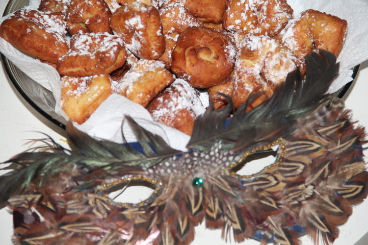 Bugnes de Mardi-Gras à la fleur d'oranger