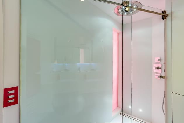 Une douche moderne et féminine