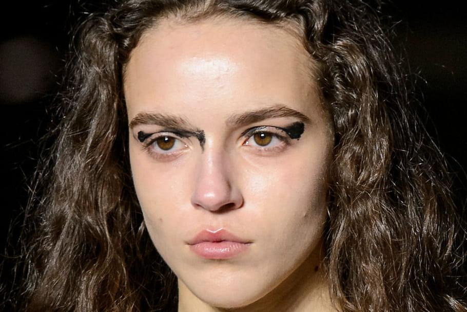 Le maquillage rebelle du défilé Saint Laurent