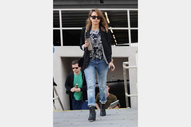Jessica Alba et son jean boyfriend déchiré