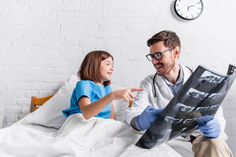 Radiographie chez l'enfant: déroulé, âge, dangers