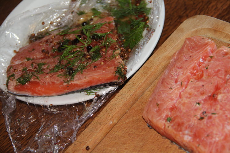 Gravlax de saumon, sauce citronnée à l'aneth