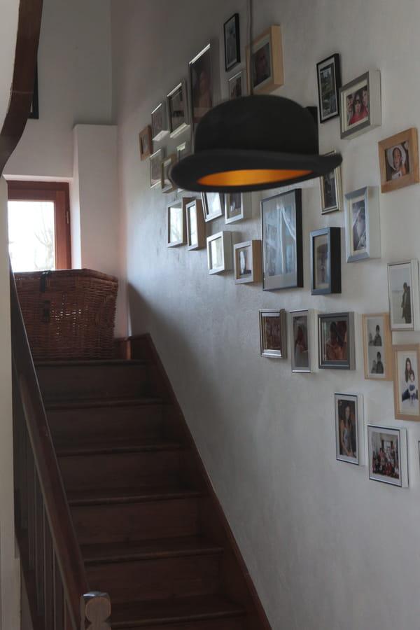 composition-cadres-photos-dans-escalier