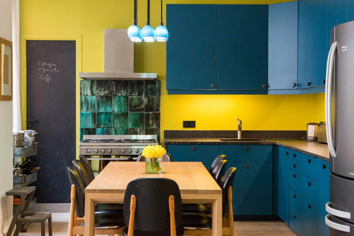cuisine ouverte bleu et jaune. Black Bedroom Furniture Sets. Home Design Ideas