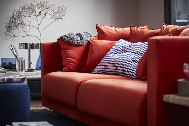Canapé rouge velours et coussin