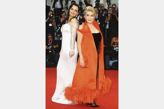 FLOP: Juliette Binoche et Catherine Deneuve en manteau orange