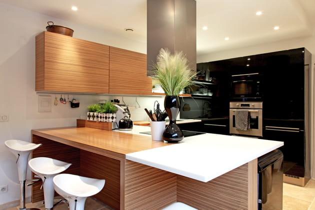 Une cuisine noire chaleureuse