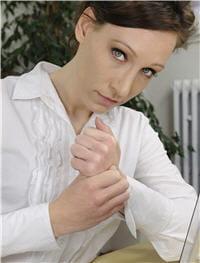 l'engourdissement des doigts est un des symptômes caractéristiques du syndrome