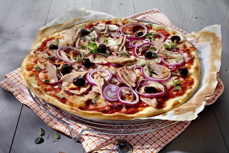 Pizza méditerranéenne avec thon et oignons rouges