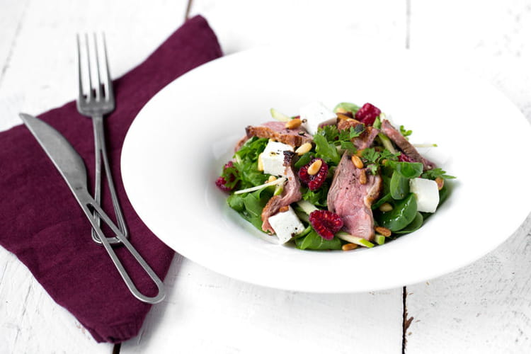 Salade de filet de Canard grillé au chèvre, pomme-framboise et vinaigrette acidulée