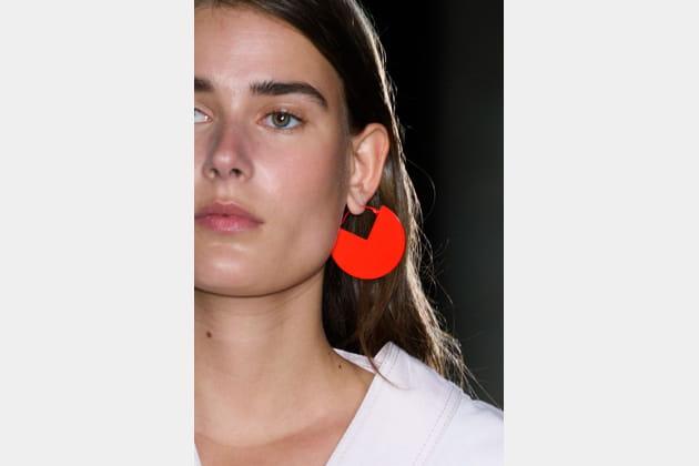 Boucles d'oreilles géométrique rouges du défilé Isabel Marant