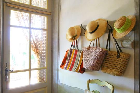 Des couples de chapeaux et sacs provençaux