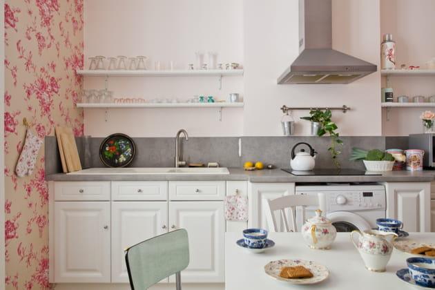Une cuisine blanche avec plan de travail gris