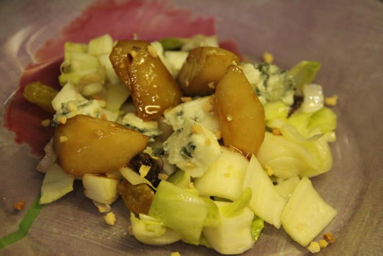 Salade tiède d'endives, roquefort et poires caramélisées