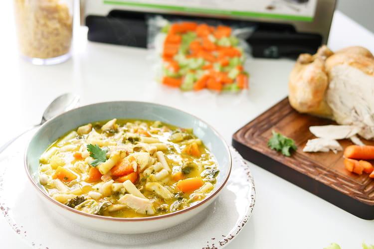 Soupe de pâtes au poulet et aux légumes